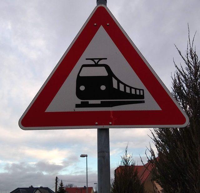 Verkehrsschild: Achtung Bahnübergang